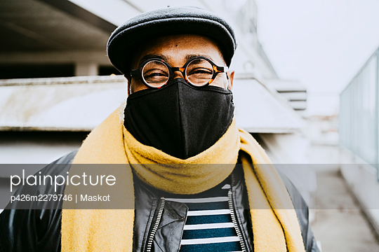 Senior man wearing protective face mask during COVID-19 - p426m2279746 by Maskot