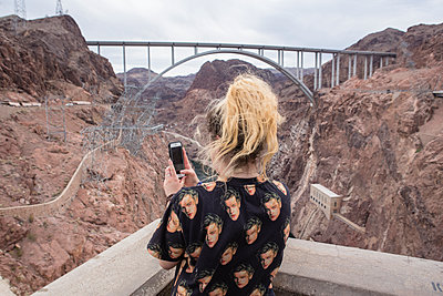 Tourist takes selfie at Hoover dam  - p1057m1466819 by Stephen Shepherd