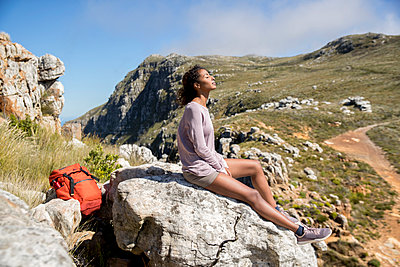 Young woman on hiking tour takes a break - p1355m1574174 by Tomasrodriguez