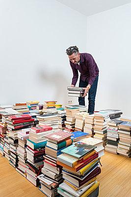 Mann zwischen vielen Büchern - p305m1586706 von Dirk Morla