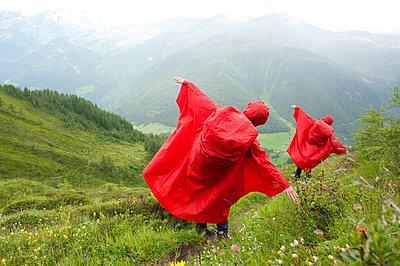 Wandern im Regen - p427m763843 von R. Mohr