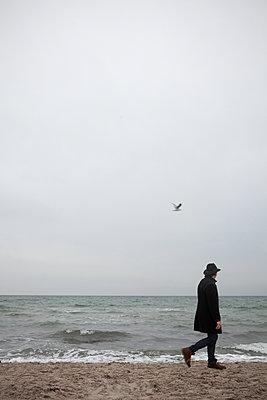 Wintertime beach walk - p454m2206199 by Lubitz + Dorner