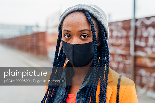 Italy, Milan, Portrait of woman in face mask on street - p924m2292529 by Eugenio Marongiu