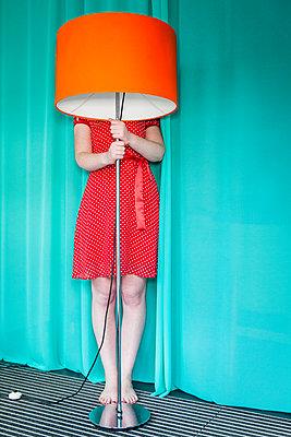 Hinter der Lampe verstecken - p045m2087895 von Jasmin Sander