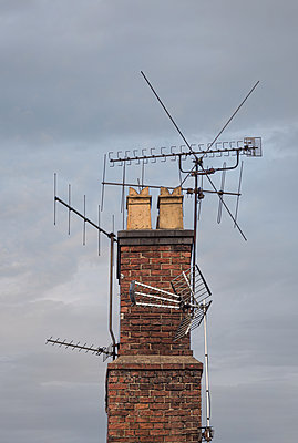 multiple TV aerials on old chimney - p1280m2098916 by Dave Wall