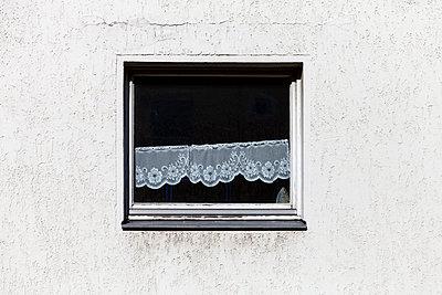 Fenster mit schiefer Gardine und Bügeleisen - p1340m2100488 von Christoph Lodewick