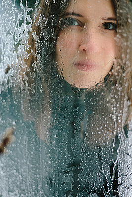 Woman looking through a icy window - p1621m2258555 by Anke Doerschlen