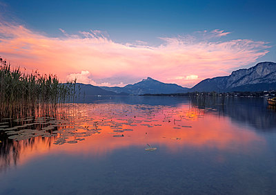 Austria, Upper Austria, Lake Mondsee at dusk - p300m1562897 by Valentin Weinhäupl