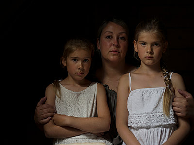 Portrait of mother with two daughters - p945m1155019 by aurelia frey
