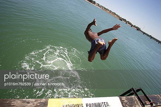 Sprung ins Wasser - p1016m792539 von Jochen Knobloch