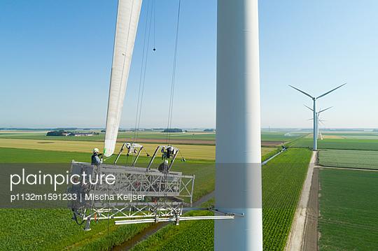 Windturbine maintenance - p1132m1591233 by Mischa Keijser