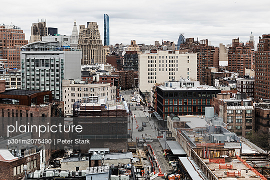 Cityscape view, New York City buildings, New York, USA - p301m2075490 by Peter Stark