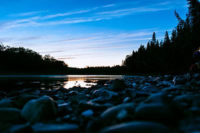 Blaue Stunde am Fluss - p1085m854309 von David Carreno Hansen