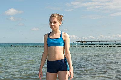 Mädchen in Bikini an der Ostsee - p1311m1143973 von Stefanie Lange