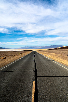 Death Valley Road - p1489m1573678 by Paul Simcock