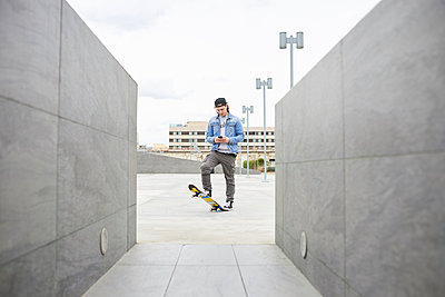 Young man skateboarding in the city - p300m1587990 by Francesco Morandini