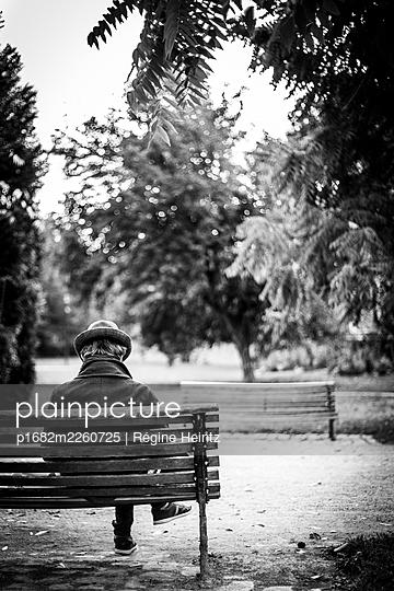 Mann auf einer Parkbank - p1682m2260725 von Régine Heintz