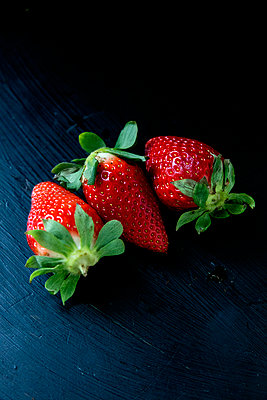 Strawberry - p1212m1123483 by harry + lidy