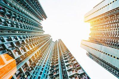 Mongkok apartment buildings, low angle view, Hong Kong, China - p429m1054160 by Henglein and Steets