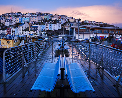 Wet teak decking and benches of the elevated nautical viewpoint for the harbour of Brixham, Devon, England, United Kingdom - p871m2075180 by Baxter Bradford