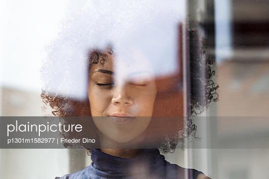 Junge Frau am Fenster - p1301m1582977 von Delia Baum