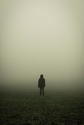 Silhouette of a woman in a field in the mist - p1228m1562108 by Benjamin Harte