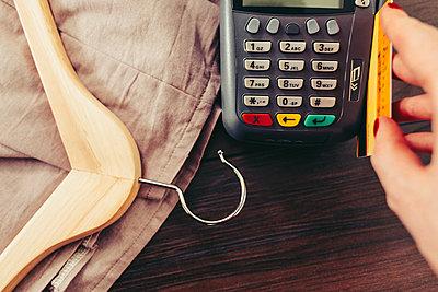 Woman swiping credit card through credit card reader - p555m1420790 by Lumina Images