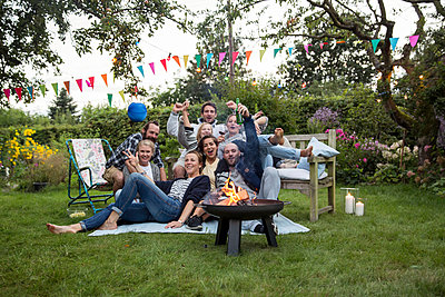 Friends having a garden party - p788m1165294 by Lisa Krechting