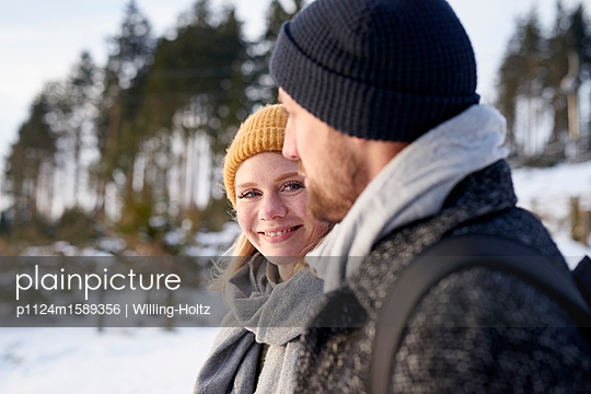 Young couple goes for a winter walk - p1124m1589356 by Willing-Holtz
