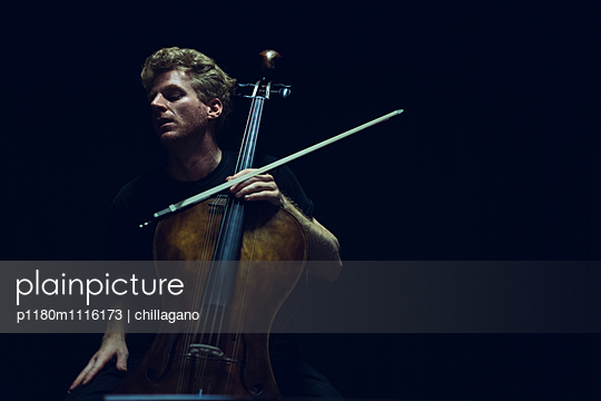 Vertiefter Cellist - p1180m1116173 von chillagano