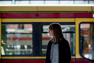 Junge Frau wartet vor S-Bahn - Türe offen - p1212m1136974 von harry + lidy