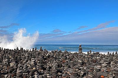 Steinmännchen am Strand von puerto le da cruz - p162m2030681 von Beate Bussenius