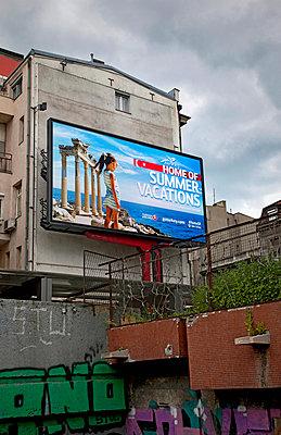 Werbung in Belgrad - p382m1218837 von Anna Matzen