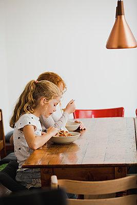 Nudeln essen - p904m1481078 von Stefanie Päffgen