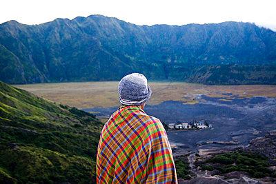 Seller of flower offerings atop Mount Bromo in East Java - p934m1451350 by Dominic Blewett