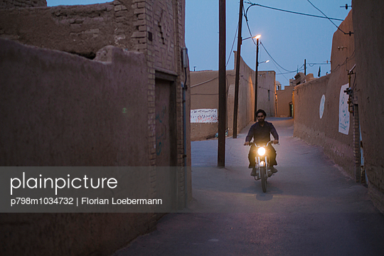 Nachts durch die Gassen, Iran, Yazd - p798m1034732 von Florian Loebermann