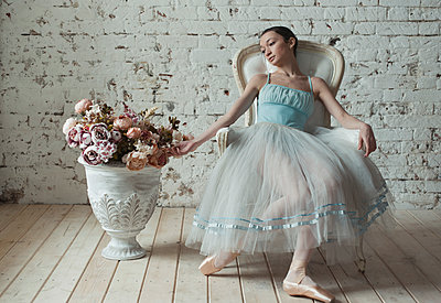 Ballerina with flowers - p1476m1574740 by Yulia Artemyeva
