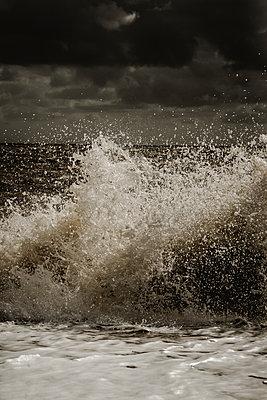 Wellen krachen auf den Strand - p1628m2209901 von Lorraine Fitch