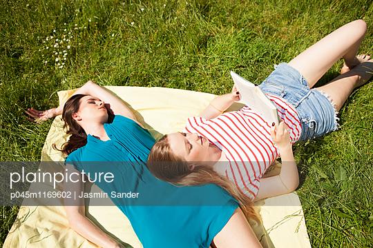 Freundinnen-Sommer - p045m1169602 von Jasmin Sander