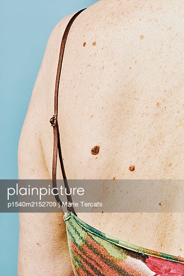 Shoulder of a sixty year old woman  - p1540m2152709 by Marie Tercafs