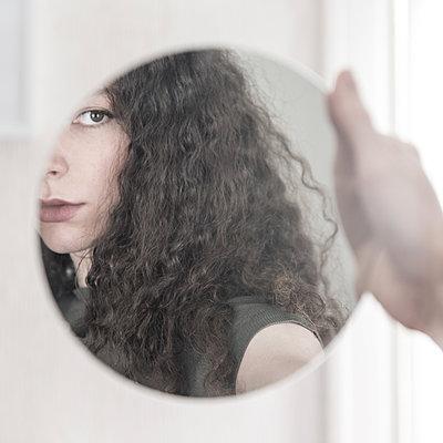 Junge Frau im Spiegel - p1594m2187297 von Françoise Chadelas