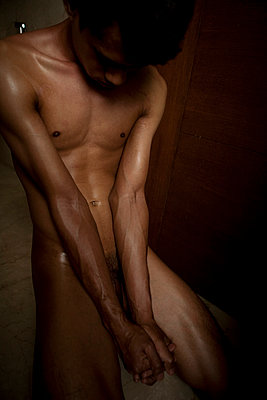 Naked man looking downwards - p817m2007996 by Daniel K Schweitzer