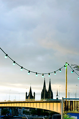 Funfair in Cologne with cathedral in background - p879m1538006 by nico
