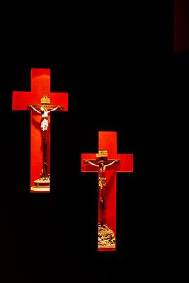 zwei Kruzifixe in zwei Kreuzen in der Festung Kufstein - p9792161 von Jaeckel