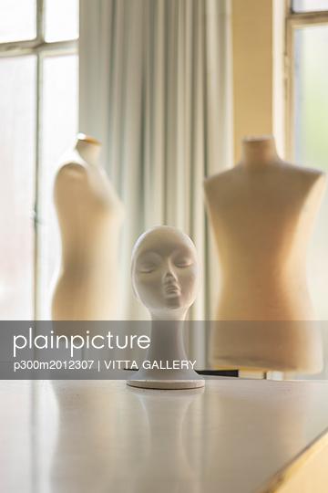 Dressmaker's models in fashion designer's studio - p300m2012307 von VITTA GALLERY