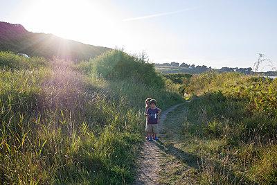 Kinder in den Dünen - p567m1530377 von Gaëlle Magder