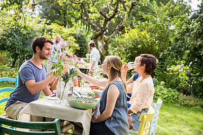 Friends having a garden party - p788m1165346 by Lisa Krechting