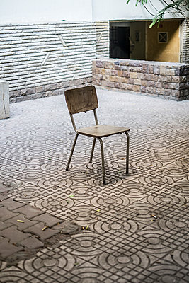 Wooden chair in patio - p846m1355380 by exsample