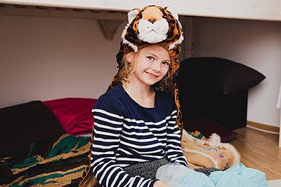 Kind mit Tigerkopf - p904m1481114 von Stefanie Päffgen