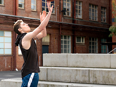 Young man playing basketball in outdoor court - p429m1181140 by Elke Meitzel